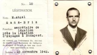 La identificación diplomática de Ángel Sanz Briz, emitida en 1942.