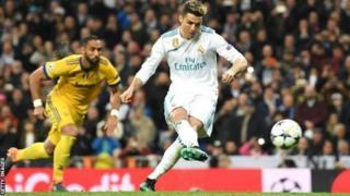 Cristiano Ronaldo akipiga mpira wavuni