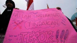 Massa gabungan Ormas Islam melakukan aksi solidaritas Lawan Terorisme di Lhokseumawe, Aceh, Selasa (15/5).