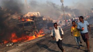 がれきの下敷きになって身動きが取れずにいる人々がいる可能性がある(14日、ソマリア・モガディシオ)