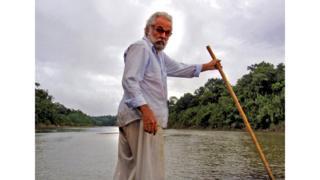 Sertanista José Meirelles em rio no Acre