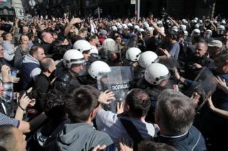 Protesters face riot police outside the residence of Serbian President Aleksandar Vucic in Belgrade. Photo: 17 March 2019