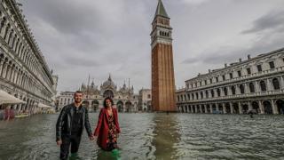 Туристы на затопленной площади Сан-Марко