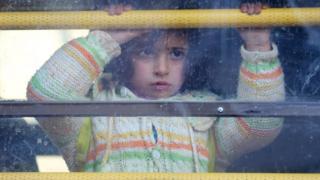 トルコ国境に向かうバスに乗車した少女
