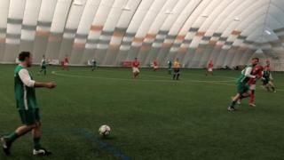 Air Dome adlı dev salonda kanser hastalarına yardım amacıyla oynanan maç
