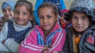 (Daga hagu) Heba, Noor, da Janna sun koma aji, bayan sake bude makarantarsu a birnin Mosul (23 January 2017)