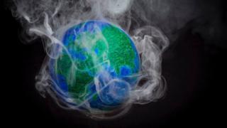 Tierra rodeada de humo