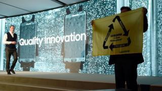 環境NGO「グリーンピース」は今年の国際見本市「モバイル・ワールド・コングレス」(WMC)で開かれたサムスンの説明会に乱入し「ギャラクシーノート7」の部品の再利用を訴えた