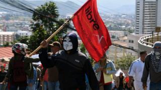 Protestas de seguidores de la oposición marchan hacia la embajada de EE.UU. en Honduras
