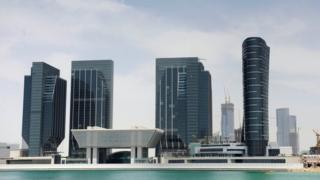 الإمارات تخفف عقوبة سنغافوريين بتهمة ارتداء ملابس نساء