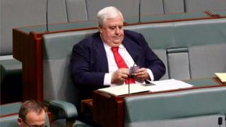 Clive Palmer counts money in parliament (Feb 2016)