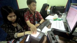 Warga melakukan perekaman data KTP elektronik di Disdukcapil, Kabupaten Bogor, Jawa Barat, Kamis (24/5).