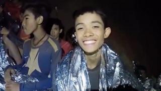 동굴에 갇혀 있던 소년이 환하게 미소를 짓고 있다