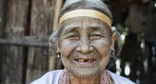 Daw Nay Ngui, seorang nenek dari suku Dai yang berusia lebih dari 90 tahun
