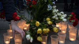 Цветы и свечи на Сенной площади в Санкт-Петербурге