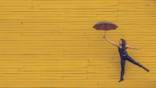 Дівчина на парасолі