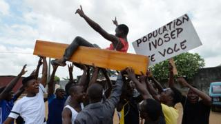For Ivory Coast, undertakers dey protest because of di way one of di big funeral service provider dey operate.