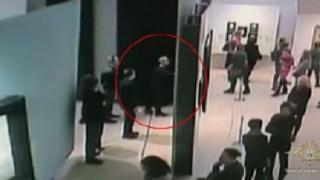 Trenutak kradje slike iz galerije u Moskvi