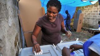 Woman dey vote for 2012 election for Sierra Leone