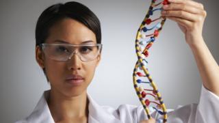 Mujer joven con secuencia figura del genoma humano.