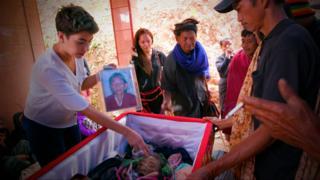 Сахар Занда рядом с гробом