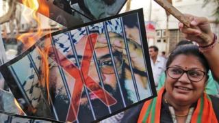 示威者在印度燃烧马苏德的照片,庆祝联合国决定把他列为恐怖份子。