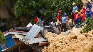 Spasioci kopaju po ruševinama u potrazi za preživelima