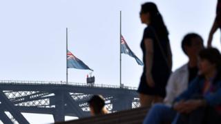悉尼港湾大桥上的澳大利亚国旗下半旗致哀。