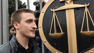 Pavel Ustinov walks out of court after his appeal hearing