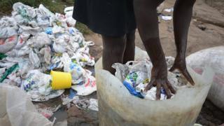 Çöpte plastik poşetler