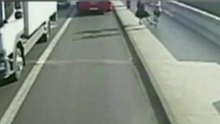 Mulher estava andando na calçada; homem fazendo jogging vinha na direção oposta e a empurrou sem motivo aparente.
