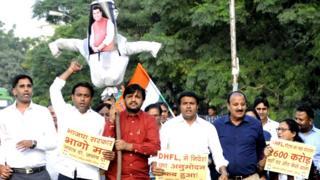 बिजली विभाग के कर्मचारियों के पीएफ़ के रुपये निजी कंपनी में निवेश करने के विरोध में प्रदर्शन करते कांग्रेस पार्टी के कार्यकर्ता