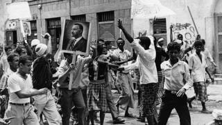 يمنيون يتظاهرون ضد بريطانيا في عدن، التي كانت محمية بريطانية، حاملين صور عبد الناصر في شهر مارس/آذار عام 1967.