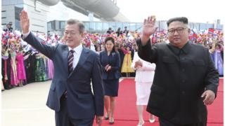 문 대통령이 김 위원장과 18일 평양 순안공항에서 평양 시민들의 환영을 받으며 이동하고 있다