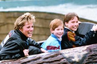 เจ้าหญิงไดอานากับเจ้าชายวิลเลียมและเจ้าชายแฮร์รี พระโอรส ระหว่างเสด็จเยือนสวนสนุกทอร์ปพาร์ก ในปี 1993