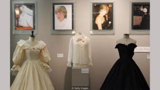 Gaun pernikahan Putri Diana, bersama dengan blus sifon pink dan gaun taffeta hitam yang dikenakannya sebelum menikah — semua dirancang oleh pasangan Emanuel.