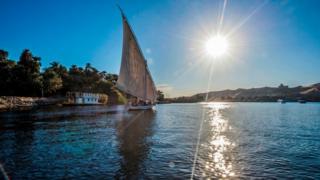 Una embarcación navega por el Nilo cerca de la ciudad egipcia de Asuán.