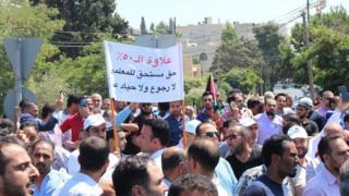 محتجون بالقرب من مقر الحكومة في عمان