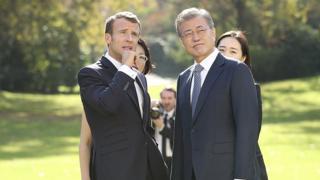 프랑스를 국빈방문 중인 문재인 대통령이 15일 오후(현지시간) 프랑스 대통령궁인 엘리제 궁 정원에서 에마뉘엘 마크롱 대통령과 친교 활동을 겸한 회담을 하고 있다