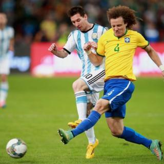 Messi y David Luiz pelean un balón en 2014