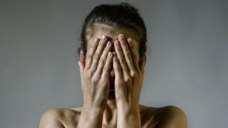 Жена рукама прекрива лице