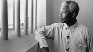 Nelson Mandela mar uu booqday xabsigii uu ku xirnaa 27 sano ee Jasiiradda Robben