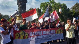 Massa yang tergabung dalam Forum Rakyat Bersatu Lawan Terorisme melakukan aksi di Catur Muka Kota Denpasar, Selasa (15/5).
