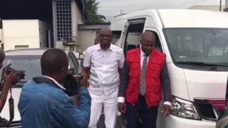 EFCC officials dey escort Ayo Fayose