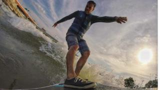 डेटन में सर्फिंग करते शैनन थॉमस