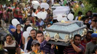 Enterro coletivo em Atzala, no México