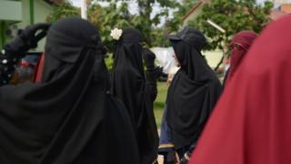 Bagi beberapa orang, niqab tampaknya memang dianggap sebagai pertanda berkembangnya Islam yang konservatif.