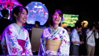 فتاتان في حفل في اليابان بالزي التقليدي