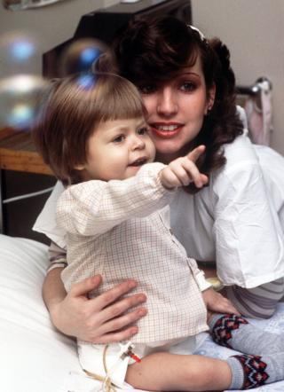 两岁的本杰明·哈德威克和妈妈黛比