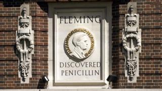 Un memorial en homenaje a Alexander Fleming en el St Mary's Hospital de Londres